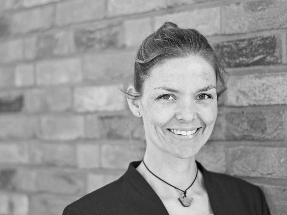 Das Bild zeigt die Inhaberin der Designagentur 40knots Maren Scheurer.