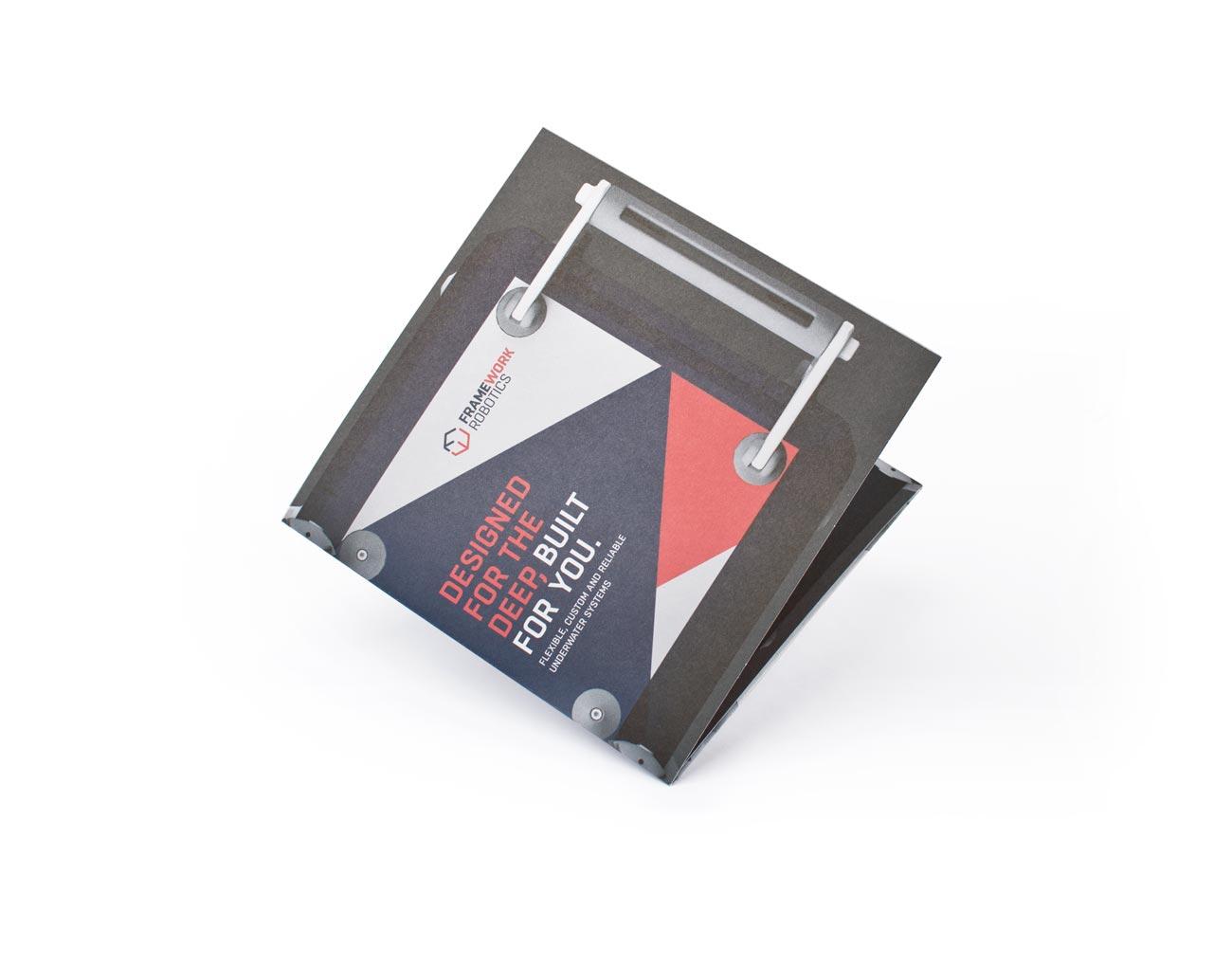 Das Bild zeigt die geschlossene Broschüre im Quadratfalz für den Kunden FRAMEWORK Robotics. Design und Text wurden vollständig durch die Designagentur 40knots entwickelt.